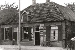 geboortehuis vanHermannus en Johannes Mekenkamp Dorpsstraat 36 aan de linkerkant was de tapperij de halve maan vroeger