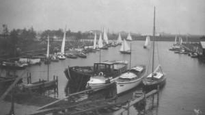 """Het motorjacht """"Grayling"""" van dokter Veldhuyzen van Zanten (links op de voorgrond met stuurhut)."""